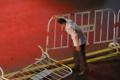 大风暴雨中 广东男子扶起百米马路护栏