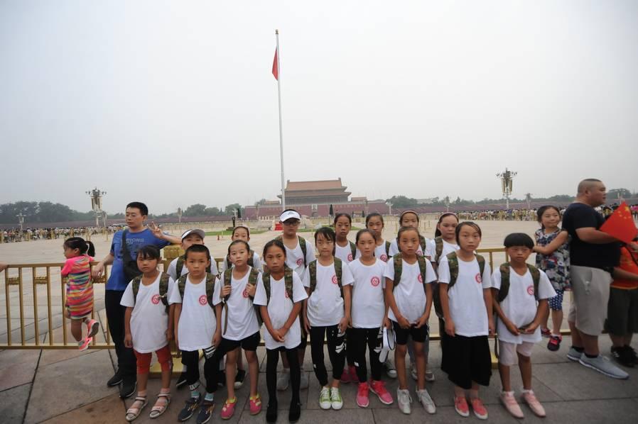 """留守儿童第一次来北京 用手机""""带着""""爸爸旅游"""