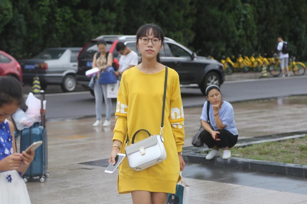 清华大学新生雨中报到 学霸小鲜肉来袭