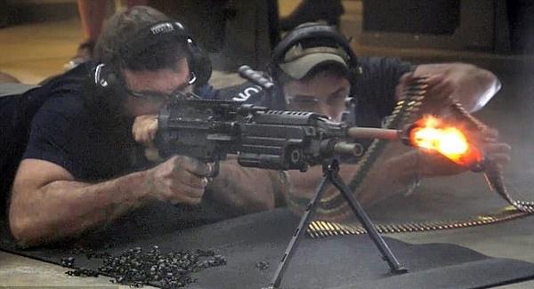 场面火爆!美男子连射700发子弹消音器融化