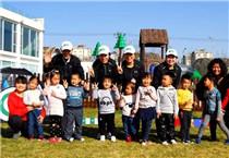 幼稚园儿童体验高尔夫