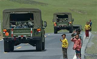 藏族小朋友向军车敬礼感动官兵