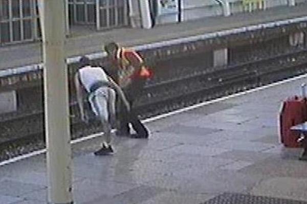 可怕!英铁路工人险被暴徒推下站台
