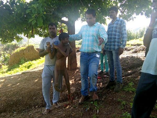 印度两残疾男孩被家人捆绑树上5年后终获救