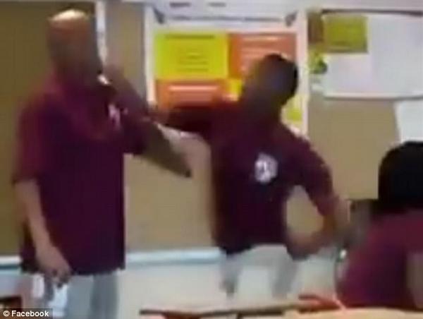 美高中生课堂上暴打老师 已被逮捕面临指控