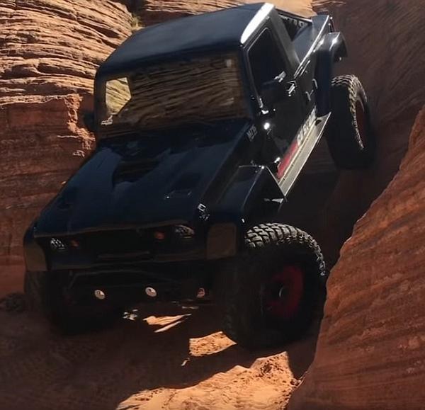 惊险刺激!美改装越野车挑战垂直下陡坡引争议