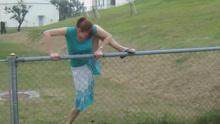 翻栏杆被卡住怎么破