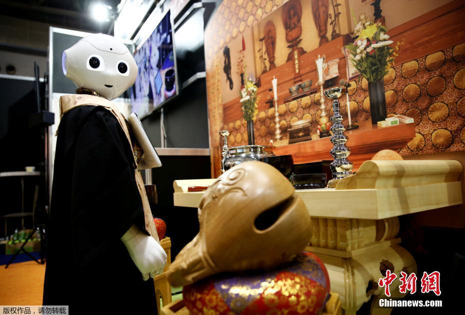 东京国际殡葬展会举行 机器人主持葬礼引围观