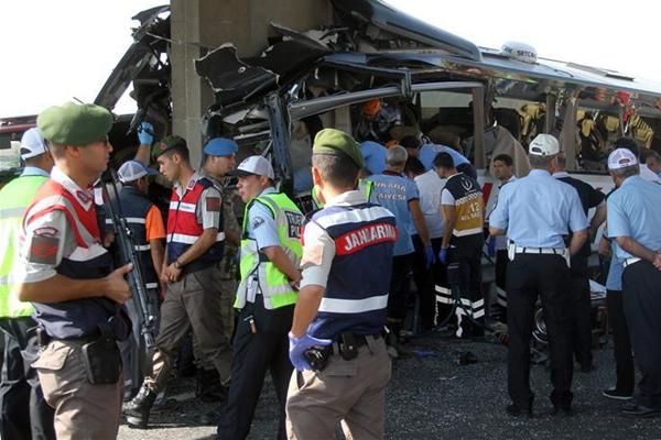 土耳其发生客车交通事故5人丧生(组图)