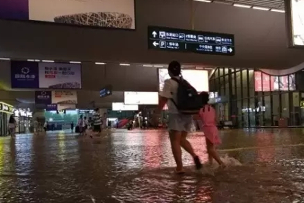武汉暴雨火车站被淹