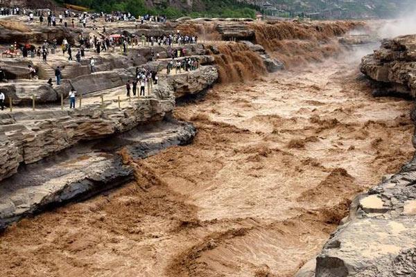 受上游降雨影响 黄河壶口瀑布水量大涨