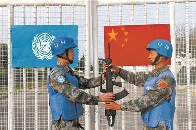 90后中国军人出国维和:背百斤水泥担心踩地雷