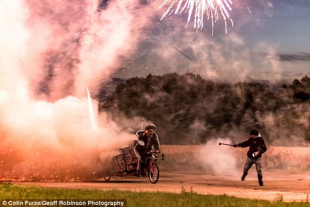惊险!英网红竟从自行车后备发射1000个火箭弹