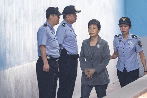 三星李在镕迎一审判决 朴槿惠继续出庭面无表情