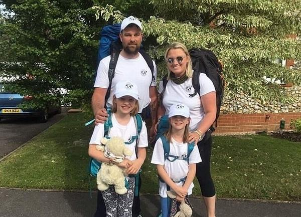 英夫妇辞职带两休学女儿花1年环游世界
