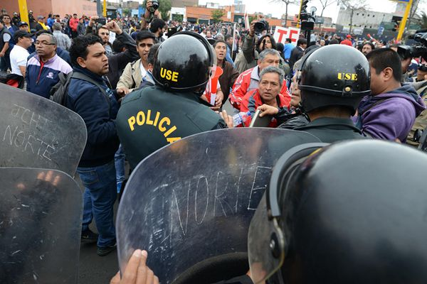 秘鲁教师要求涨薪罢工2个月 与警察发生冲突