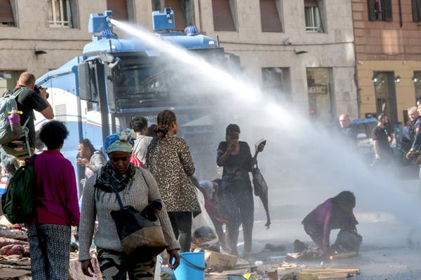 意大利街头驱逐难民 使用高压水枪驱散人群