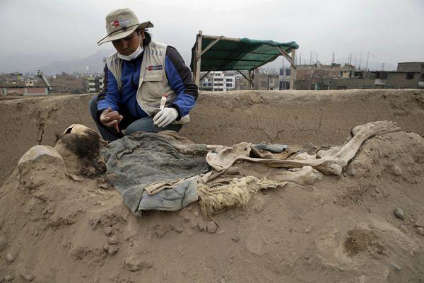 秘鲁一金字塔内发现中国移民墓穴 共有16具骸骨
