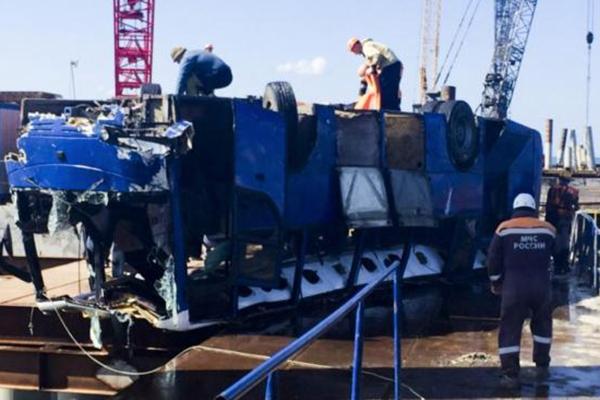 俄罗斯大巴车坠海 18人死亡