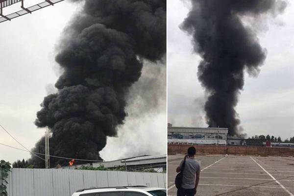 北京昌平亚运村汽车交易市场附近起火浓烟滚滚