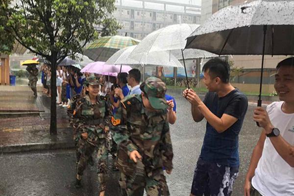 成都降暴雨 老师排百米人墙为学生打伞