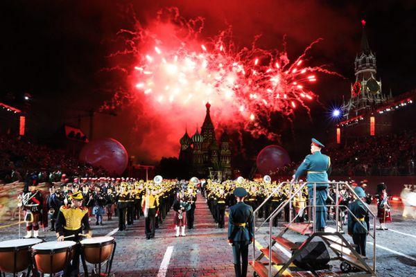 国际军乐节在莫斯科开幕 绚烂烟花红场绽放
