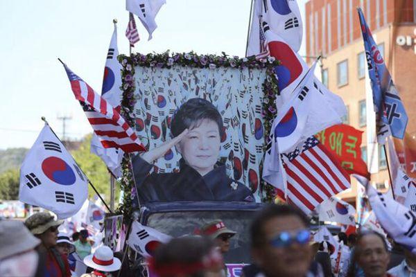 韩国亲朴民众游行集会 要求释放朴槿惠