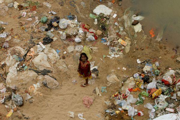 触目惊心 印度拾荒儿童在污染河流中捡东西
