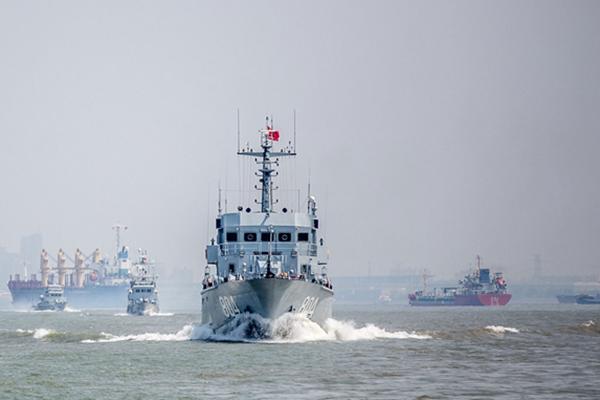 解放军东海舰队在东海水域进行扫雷演练