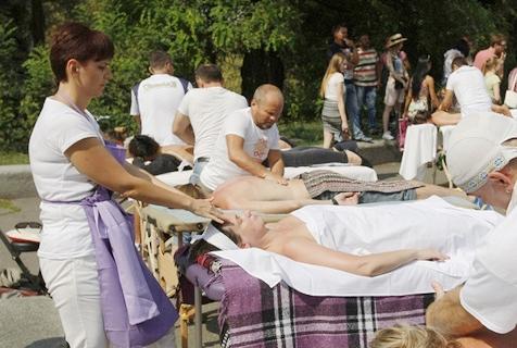 乌克兰300名按摩师同时按摩或破纪录