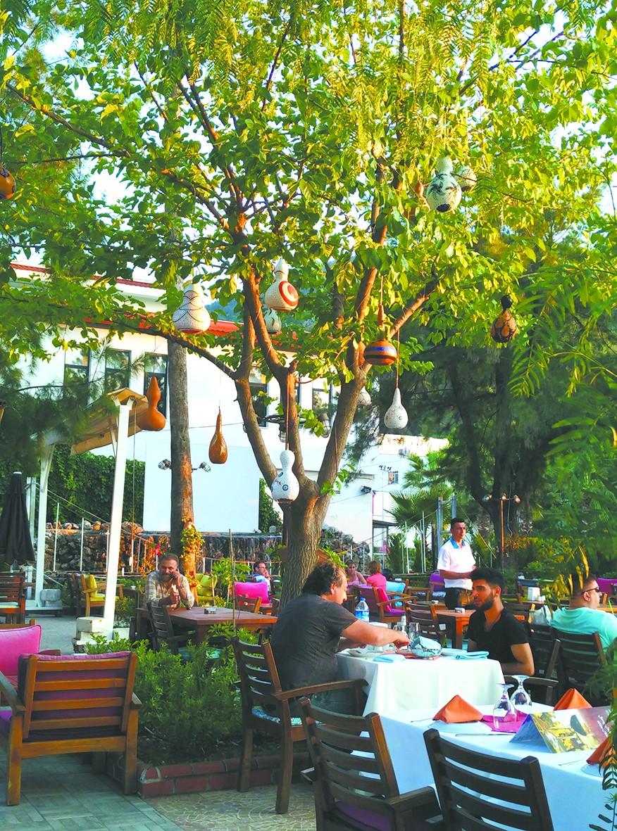 别有一番韵味 土耳其人喜欢将葫芦雕刻成灯