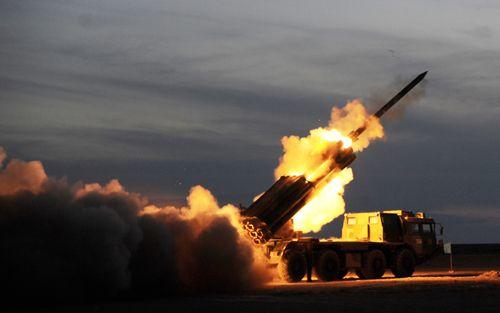 东部战区陆军远程火箭炮部队在西北举行实弹演习