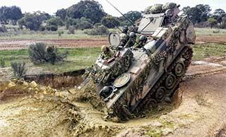 澳军装甲车训练直接钻泥潭