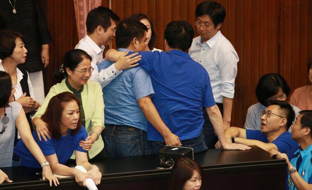 """七夕不消停!蓝绿再战""""前瞻"""" 国民党占领主席台10分钟被打"""