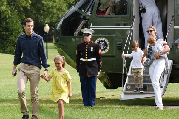 伊万卡一家返回白宫 单手抱娃干练十足