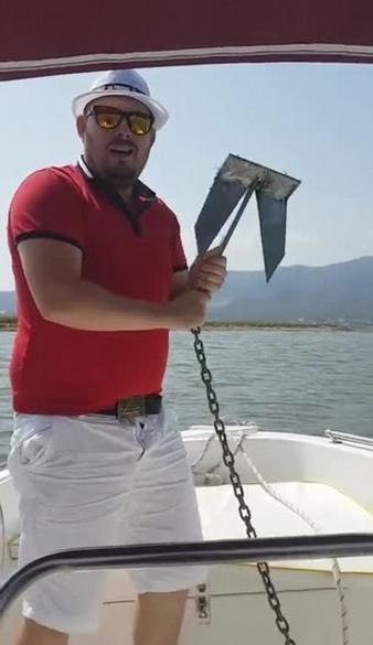 """国外男子投掷锚链将自己""""投""""入水中 场面搞笑"""