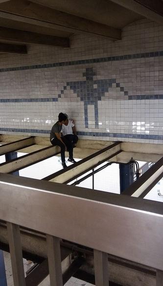美国男子勇爬6米高地铁站横梁解救自杀女子