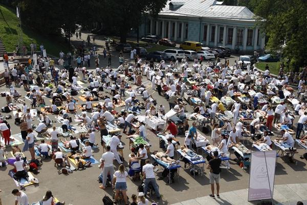 乌克兰300名按摩师同时进行按摩 试图打破吉尼斯世界纪录