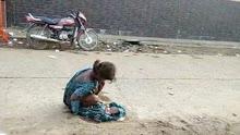 17岁印度女孩惨遭男友抛弃 被迫在马路中间生产