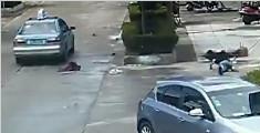 神!他骑车被撞飞 车烂了人站起来了