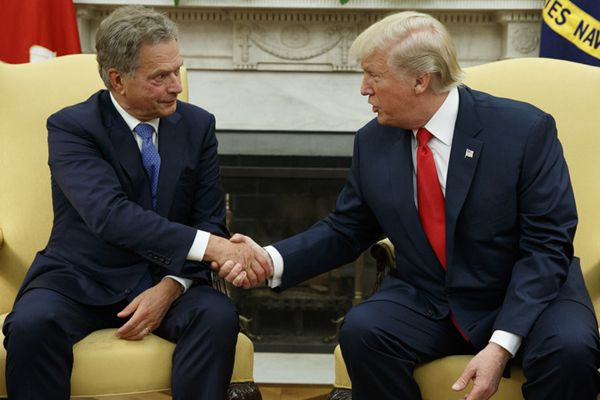 """特朗普与芬兰总统会晤 再次上演""""握手杀"""""""