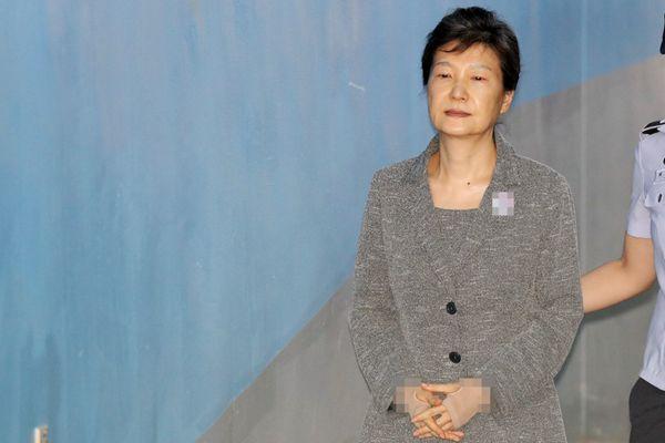 """朴槿惠出庭面如死灰 近万份""""黑料""""被挖出"""