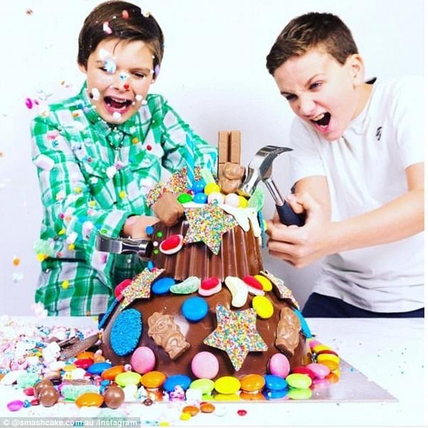 澳母亲制作巧克力蛋糕 造型多变砸开有惊喜