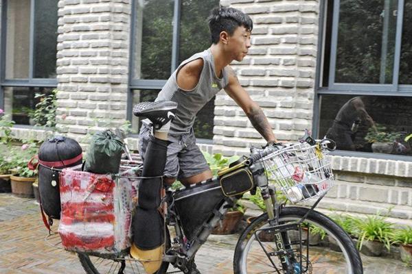90后独臂独腿小伙骑行到西安:希望爬上华山