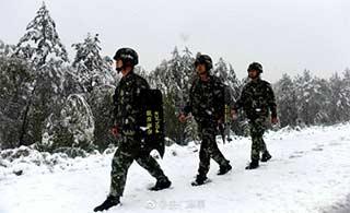 8月飞雪边防战士冒雪巡逻