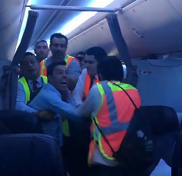疯狂!国外醉酒男子攻击乘务人员致飞机紧急迫降