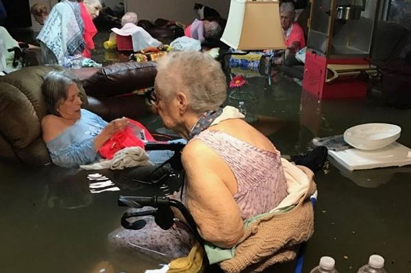 """飓风""""哈维""""席卷美疗养院 老人深陷水中等待救援"""