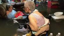 直击美国哈维飓风!老人泡在水里屋里徒手捉鱼