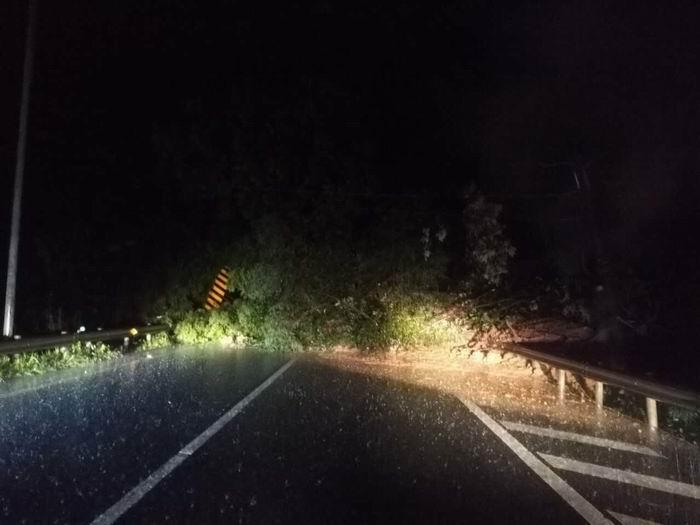 暴雨塌方至道路中断 雅西高速成都往西昌方向荥经段管制