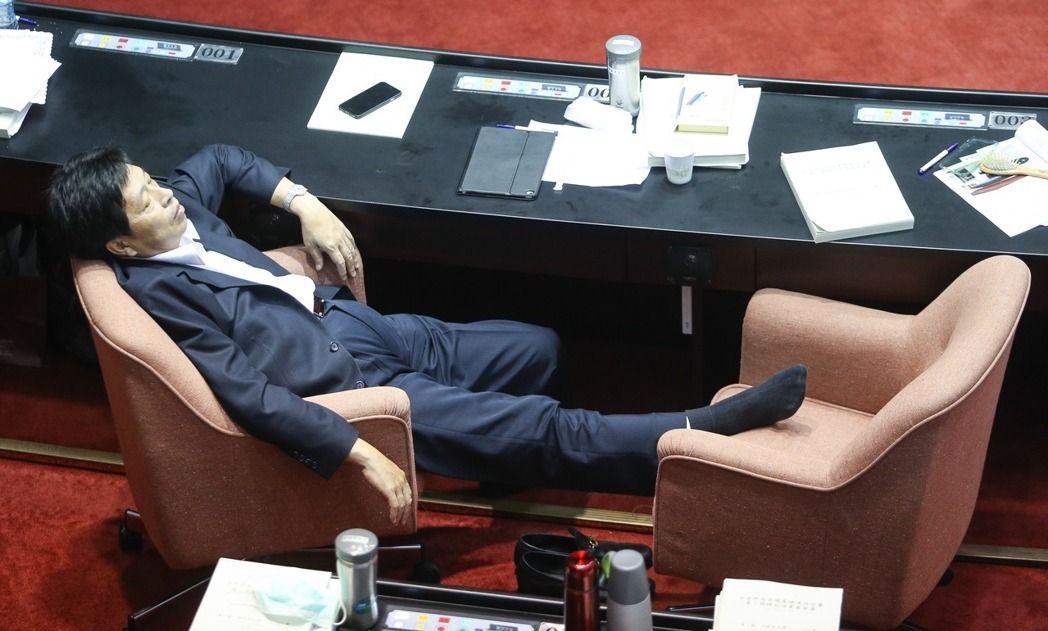 """台""""立法院""""彻夜表决:有人体力不支瘫睡"""